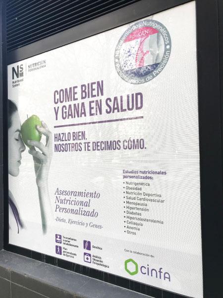 Colocación de vinilo en farmacia | ALUNARTE diseño y comunicación